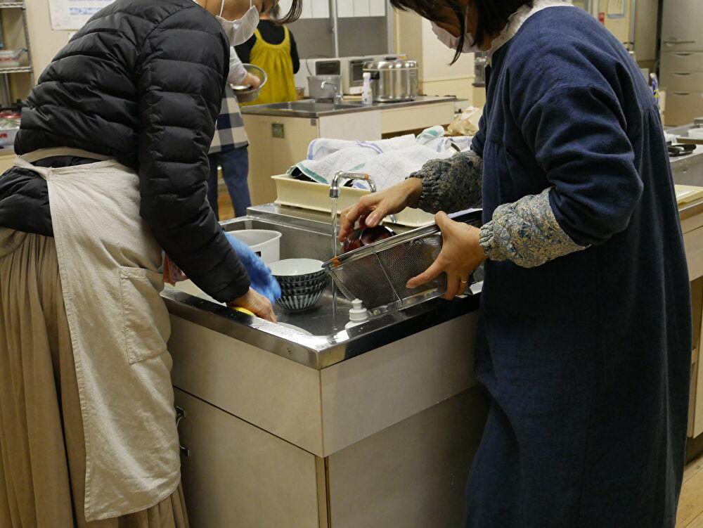 とっぱ食堂@南関中学校 生徒たちが使う食器の準備の様子